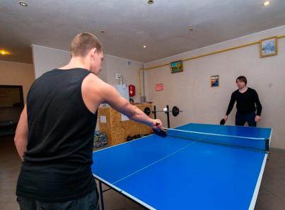 Игра в настольный теннис постояльцев в реабилитационном центре «Инсайт»