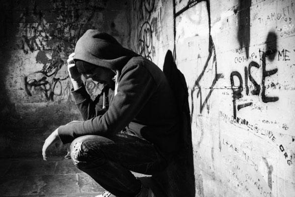 Откол подростка, принимающего наркотики от общества