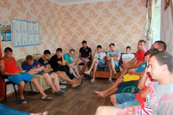 Групповые занятия постояльцев в наркологическом центре «Паруса Надежды»