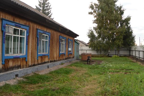 Двор реабилитационного центра «Дорога в жизнь» в Барнауле