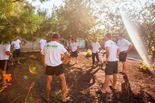 Групповые занятия постояльцев в реабилитационном центре «Исток» в Омске
