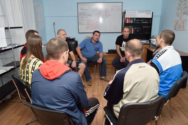 Групповые занятия постояльцев в реабилитационном центре «Вектор» в Челябинске