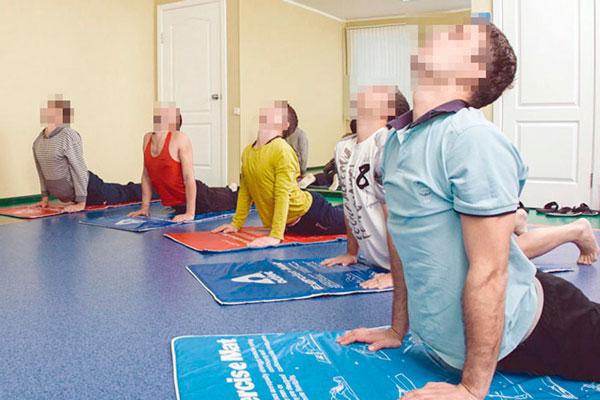 Занятия постояльцев йогой в реабилитационном наркологическом центре «Мечта» Белгород