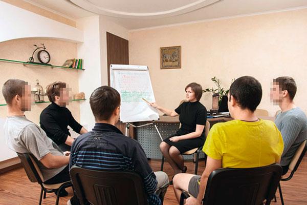 Групповые занятия постояльцев в реабилитационном наркологическом центре «Метод» Ярославль