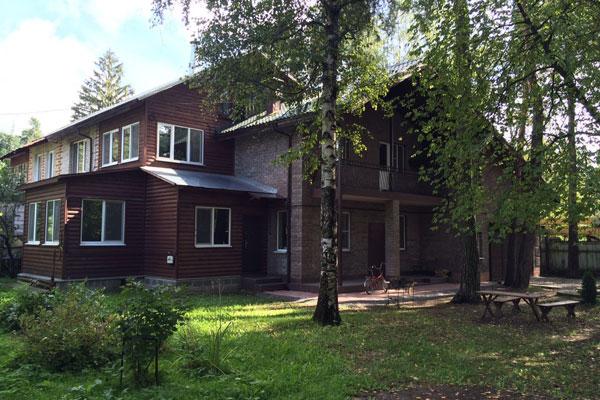 Двор реабилитационного наркологического центра «Помощь» Москва