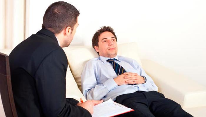 Сеанс с психотерапевтом для устранения депрессии от алкоголя