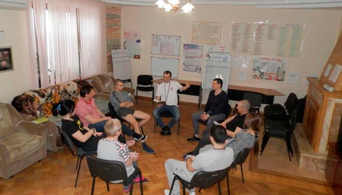 Групповые занятия постояльцев в Центре реабилитации наркозависимости и алкоголизма «Альтернатива» Астрахань