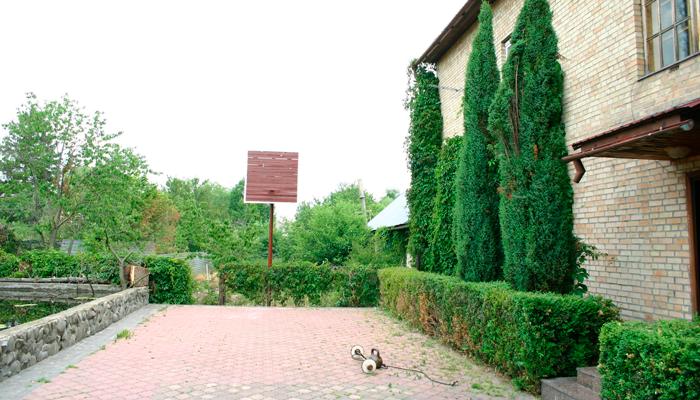 Двор дома восстановления «Александровский»