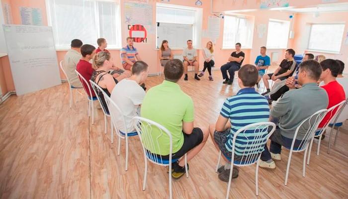 Групповые занятия постояльцев в реабилитационном центре «Мост» (Екатеринбург)