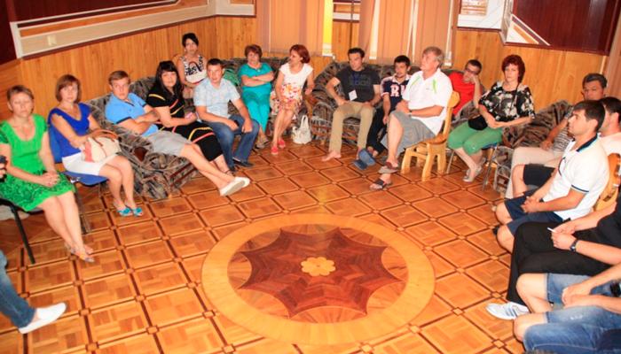 Групповые занятия постояльцев в реабилитационном центре «Решение» Астрахань