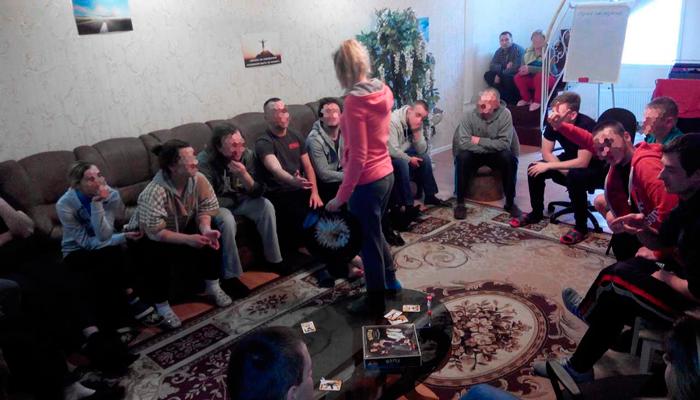 Групповые занятия постояльцев в реабилитационном центре «Шанс»