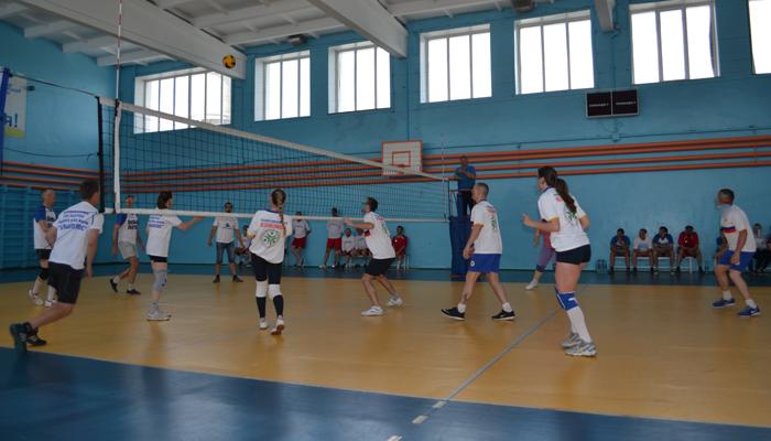 Игра постояльцев в волейбол в Алтайском краевом наркологическом диспансере
