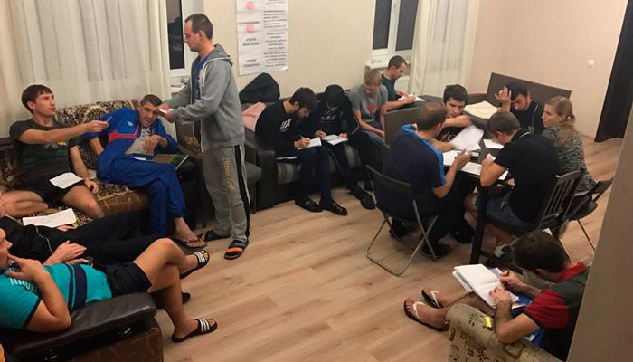 Групповые занятия постояльцев в реабилитационном центре «Ника» (Краснодар)