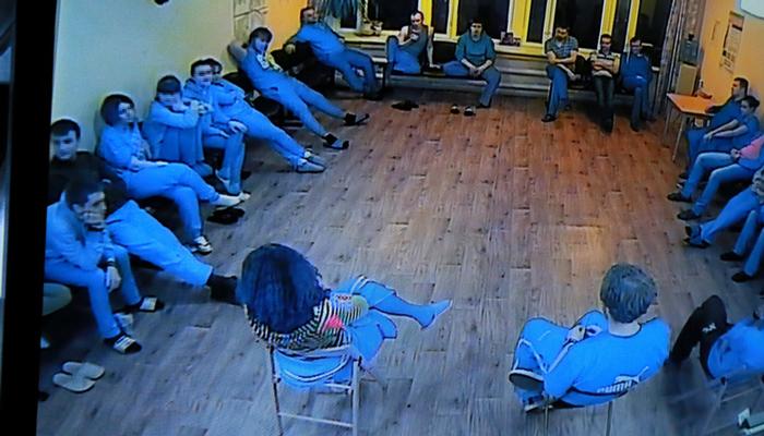 Групповые занятия постояльцев в реабилитационном центре «Вершина» (Киров)
