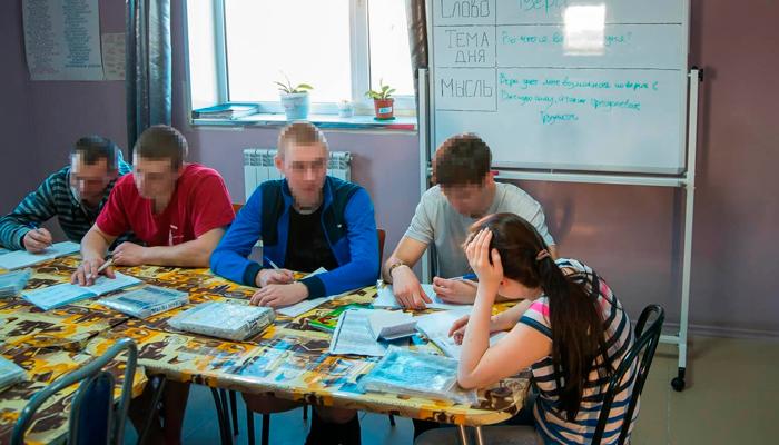 Занятия постояльцев в реабилитационном наркологическом центре «Развитие» (Архангельск)