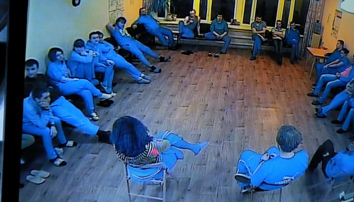 Групповые занятия постояльцев в реабилитационном наркологическом центре «Вершина-Архангельск»