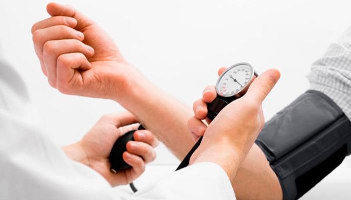 Измерение артериального давления перед внутривенным лазерным очищением крови