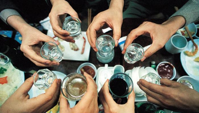 Компания пьющих людей