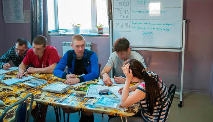 Групповые занятия постояльцев в реабилитационном наркологическом центре «Развитие» (Вологда)