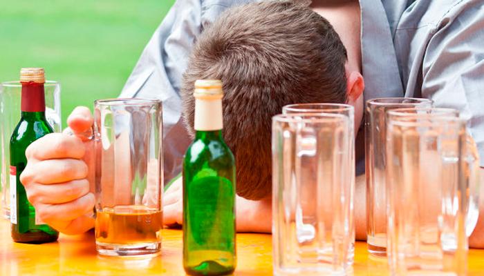 Неконтролируемое употребление спиртных напитков систематически пьющими людьми