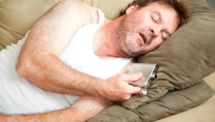 Негативное воздействие на суставы при алкогольном сне в одной позе