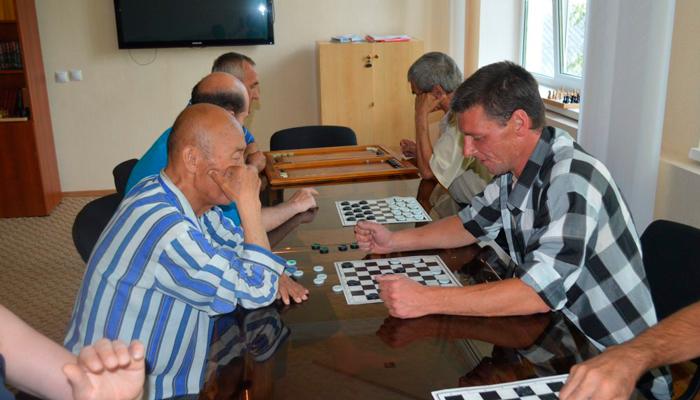 Игра в шашки для отвлечения от пивной зависимости