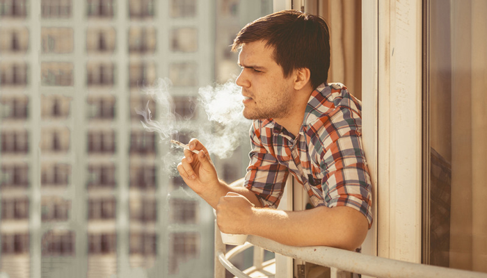 Курение на балконе для предотвращения пассивного курения близкими