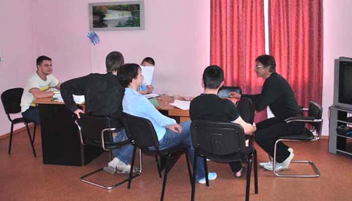 Групповые занятия постояльцев в наркологическом центре «АТОС» (Киев)