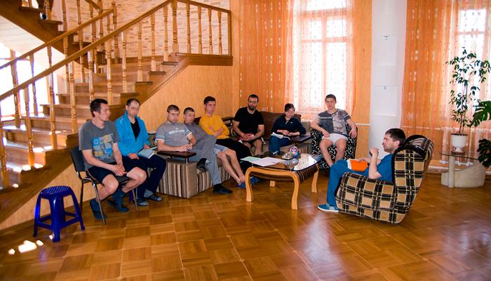 Групповые занятия постояльцев в наркологическом центре «Позитив» (Киев)
