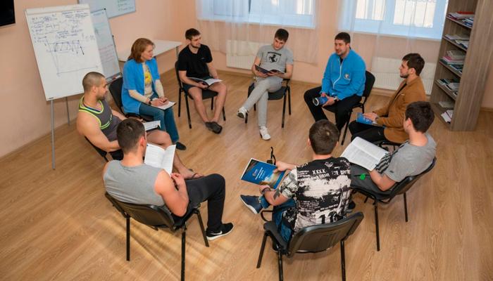 Групповые занятия постояльцев в наркологическом центре «Решение» (Курган)