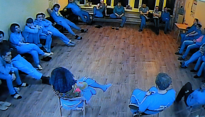 Групповые занятия постояльцев в реабилитационном наркологическом центре «Вершина» (Калининград)