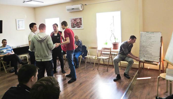 Групповые занятия постояльцев в реабилитационном центре для наркозависимых «Пирамида» (Ярославль)