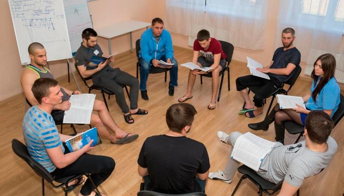 Групповые занятия постояльцев в реабилитационном центре «Решение» (Кемерово)
