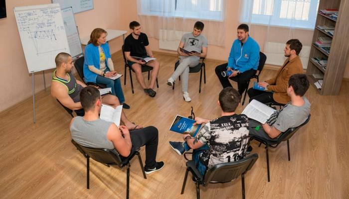 Групповые занятия постояльцев в реабилитационном центре «Решение» (Элиста)