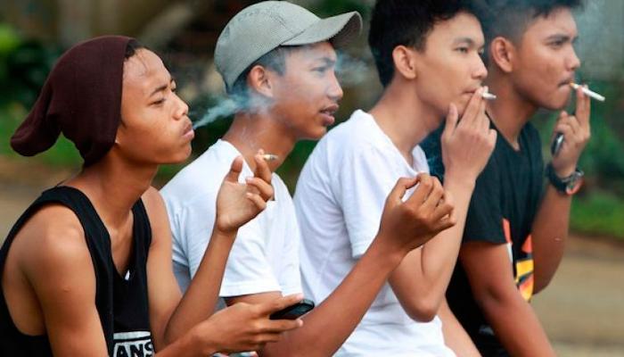Компания курящих подростков