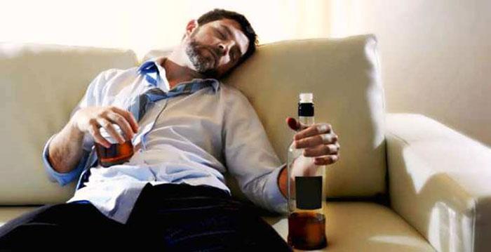 Признак второй стадии - стабильность употребления алкоголя