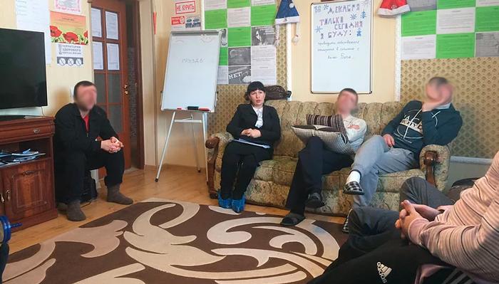 Групповые занятия постояльцев в Центре реабилитации «Социальная помощь» (Тюмень)