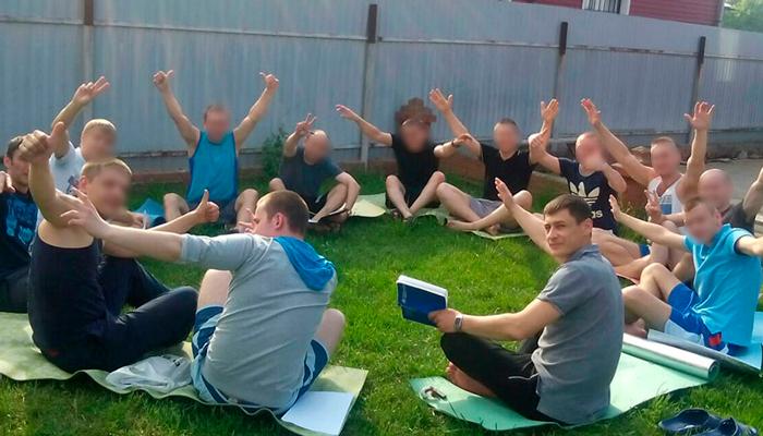 Занятия постояльцев йогой в реабилитационном центре «Перспектива» (Уфа)