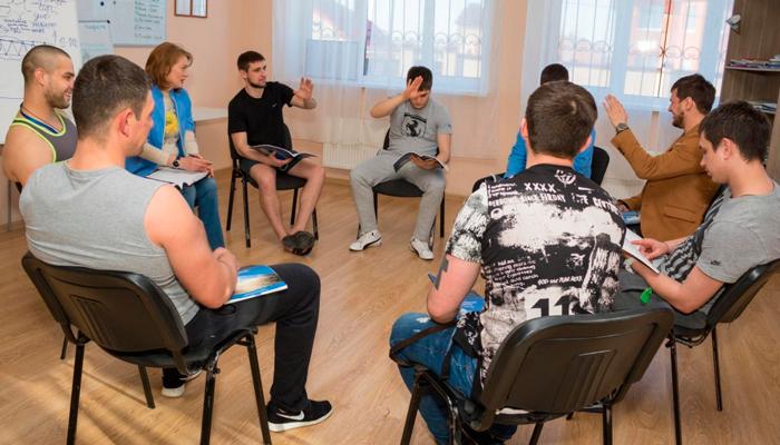 Групповые занятия постояльцев в реабилитационном центре «Решение» (Уфа)