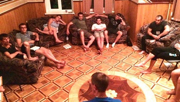 Групповые занятия постояльцев в реабилитационном центре «Ориентир» (Тюмень)