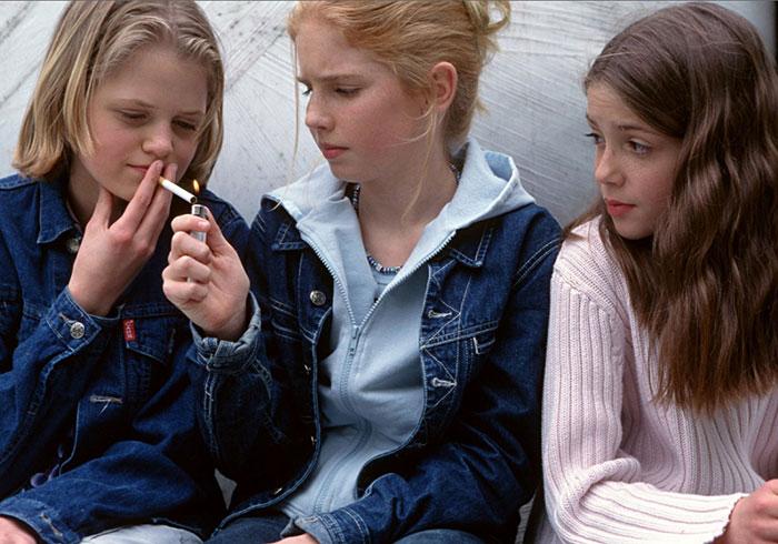 Желание выглядеть взрослее перед друзьями - одна из причин зависимости от курения