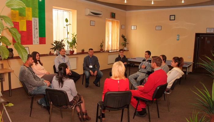 Групповые занятия постояльцев в Центре лечения зависимостей «Выход есть» (Киев)