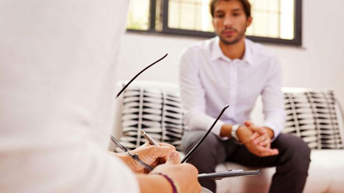 Беседа с психологом поможет зависимому от ставок на спорт принять проблему и определить последующее лечение