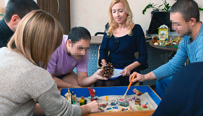 Групповые занятия постояльцев в реабилитационном центре для наркозависимых «Метод» (Тюмень)