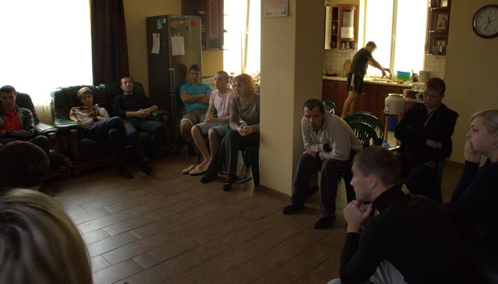 Групповые занятия постояльцев в реабилитационном центре «Практик» (Угловоe)