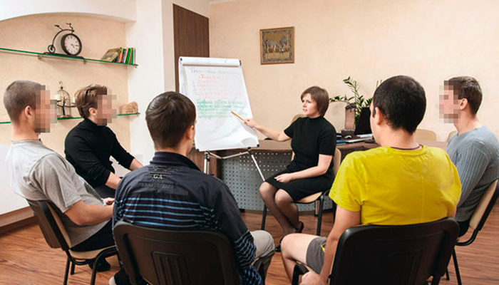 Групповые занятия постояльцев в реабилитационном центре «Мечта» (Курск)