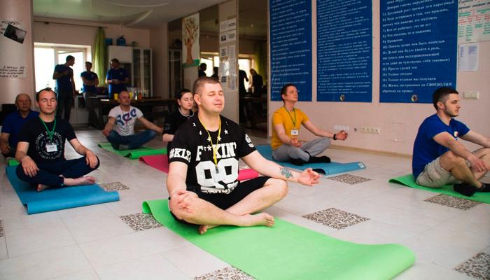 Занятия постояльцев йогой в реабилитационном центре «Решение» (Курск)