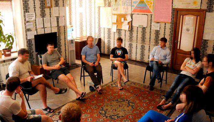 Групповые занятия постояльцев в реабилитационном центре «Вершина-Курск»