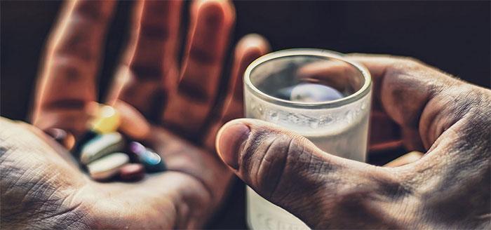 Врачи не рекомендуют употреблять алкоголь при приеме препарата Нолицин