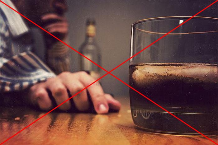 Врачи не рекомендуют употреблять алкоголь при приеме препарата Аэртал
